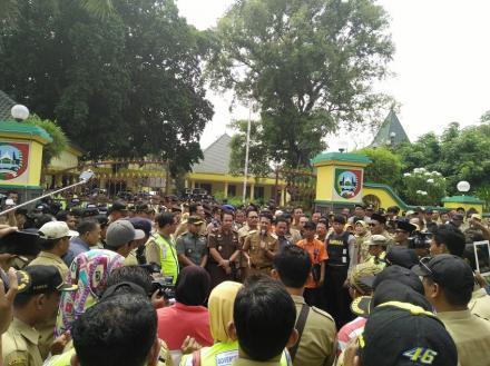 Guyup Rukun Ratusan Kepala Desa Temui Bupati Jombang,  Protes Oknum Komisi II DPR RI